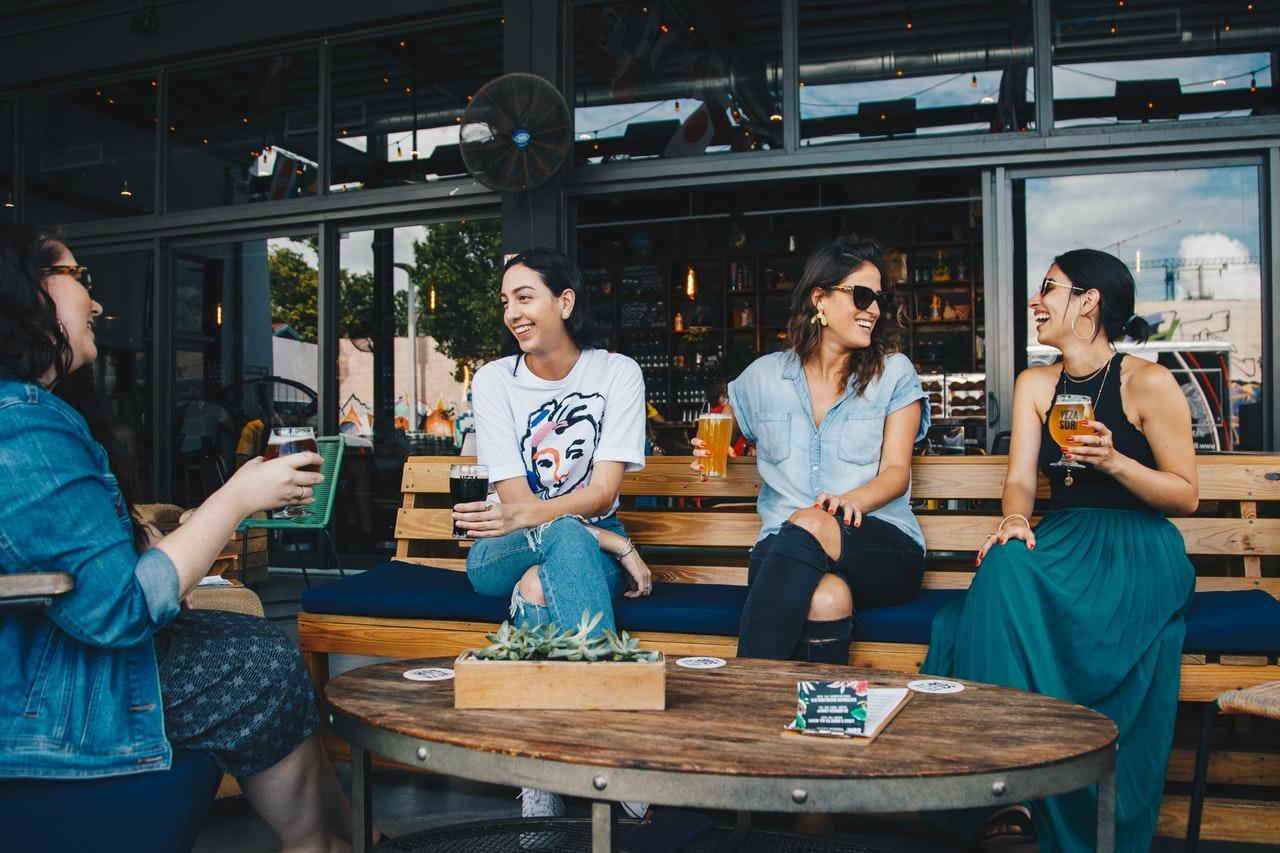 איך להיות מצחיק – הקשר בין הומור ומשיכה