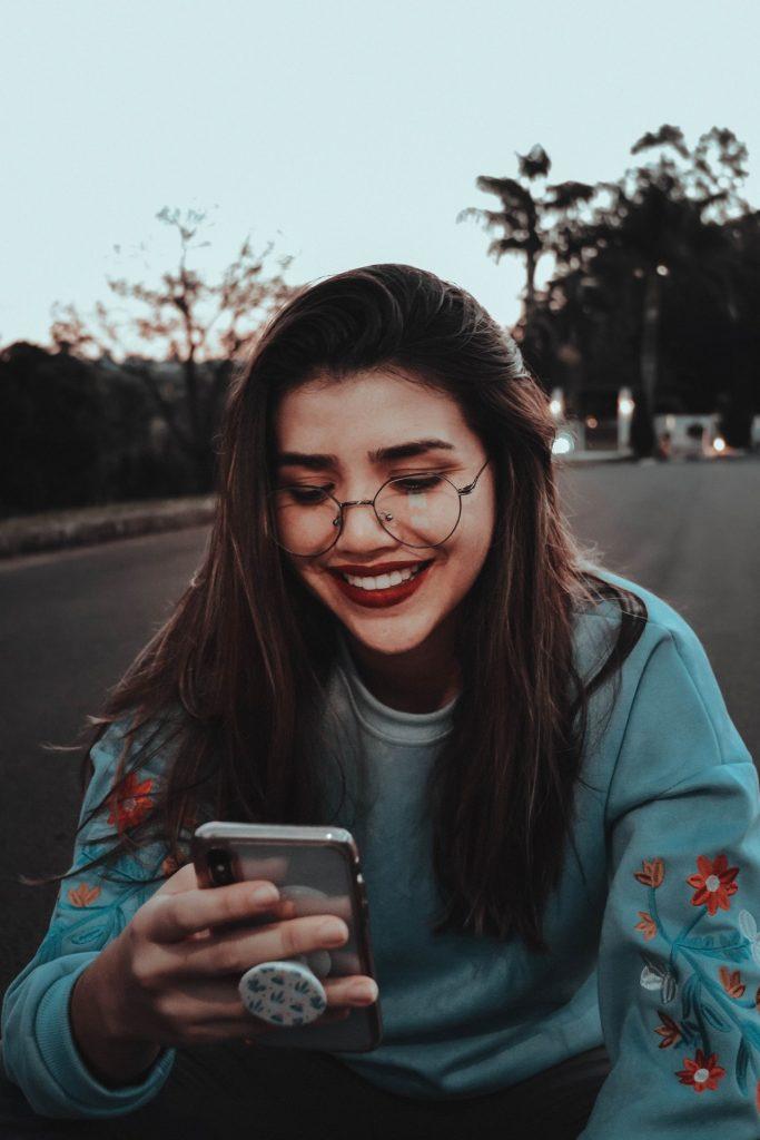 איך להתכתב עם בחורה בהודעות